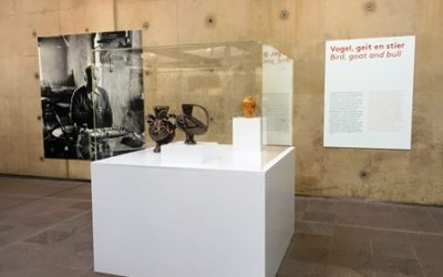Sokkels en kappen voor werken van Picasso