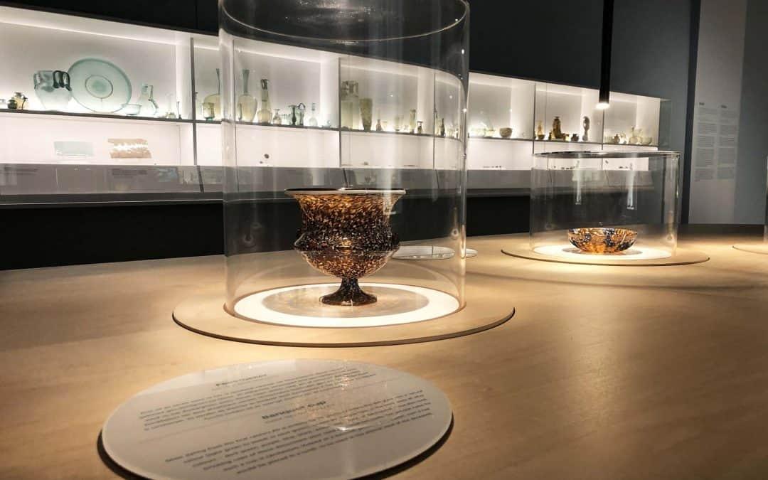 Stolpen voor 'Glas' in het Rijksmuseum van Oudheden